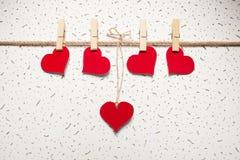 Rote Herzen auf einer Wäscheklammer Stockbild