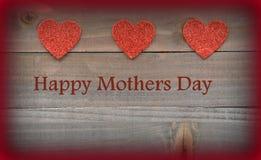Rote Herzen auf hölzernen roten Herzen auf hölzernem Mutter-Tageshintergrund Lizenzfreie Stockfotos