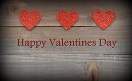 Rote Herzen auf hölzernen roten Herzen auf hölzernem Valentinsgruß-Tageshintergrund Lizenzfreie Stockfotografie