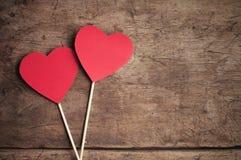 Rote Herzen auf Holztisch Stockfotografie
