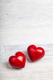 Rote Herzen auf Tabellenvalentinsgrußhintergrund Stockfotografie