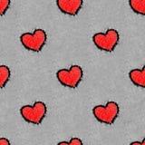 Rote Herzen chequerwise gezeichnet auf nahtloses Muster des Schnees Lizenzfreie Stockfotos