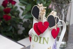 Rote Herzen der Liebe in den Blumen Stockbild