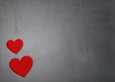 Rote Herzen des Steins auf konkretem Beschaffenheitshintergrund mit Sprüngen stockfotos