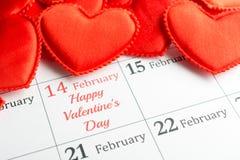 Rote Herzen des Stoffes auf dem Kalender Stockbild