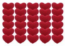 Rote Herzen des Valentinsgrußes häkeln den Knit, der auf weißem Hintergrund lokalisiert wird Lizenzfreie Stockbilder