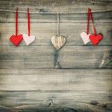 Rote Herzen, die an der Wäscheleine hängen Rote Rose Stockbild