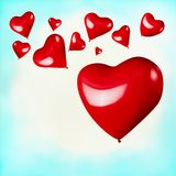 Rote Herzen formten Ballone auf Hintergrund des blauen Himmels des Türkises Stockfotos