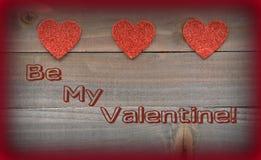 Rote Herzen mit sind mein Valentinsgruß auf hölzernem Hintergrund Stockfotografie