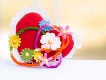 Rote Herzen und Blumen Stockfotografie
