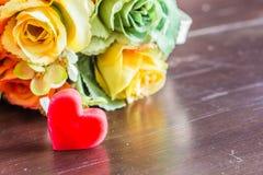 Rote Herzen und Blumen Lizenzfreies Stockfoto