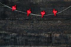 Rote Herzen und Holztisch Lizenzfreies Stockbild