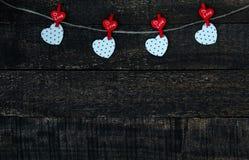 Rote Herzen und Holztisch Lizenzfreie Stockbilder