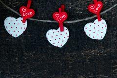 Rote Herzen und Holztisch Stockbild