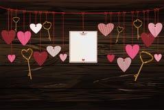 Rote Herzen und leeres Papier mit einem Bild und Schlüsseln, die am ri hängen Lizenzfreies Stockbild