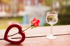 Rote Herzen und Rosen auf hölzernem, Valentinsgruß-Tageshintergrund Stockfotografie