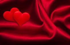 Rote Herzen und Seide Stockfotografie