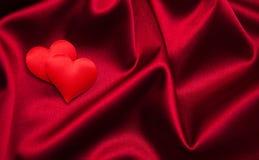 Rote Herzen und Seide Lizenzfreie Stockfotografie