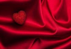 Rote Herzen und Seide Lizenzfreies Stockfoto