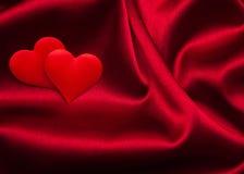 Rote Herzen und Seide Stockbilder