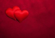 Rote Herzen und Seide Lizenzfreies Stockbild