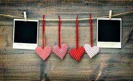 Rote Herzen und Weinlesefotorahmen Rote Rose Stockfotografie