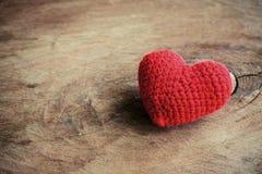 Rote Herzform auf altem hölzernem Hintergrund Lizenzfreie Stockfotografie