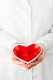 Rote Herzform in den Händen Lizenzfreie Stockfotos