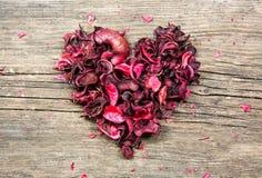 Rote Herzform gemacht von den Blumenblumenblättern Lizenzfreie Stockbilder