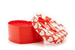 rote Herzformgeschenkbox mit der Kappe lokalisiert auf weißem Hintergrund, Lizenzfreie Stockfotografie