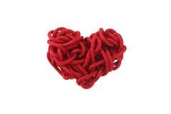 Rote Herzformisolierung vom Seil ist aufgerollt Stockbild