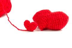 Rote Herzhäkelarbeit auf weißem Hintergrund Lizenzfreies Stockbild