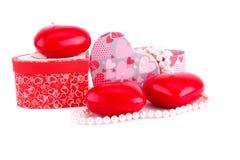 Rote Herzkerzen, -halsketten und -Geschenkboxen Lizenzfreies Stockbild
