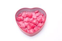 Rote Herzsüßigkeiten im Herzformkasten für Valentinstag stockbilder