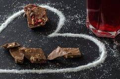 Rote Himbeeren Tee und Milchschokolade, Überraschung für Mutter lizenzfreie stockfotografie