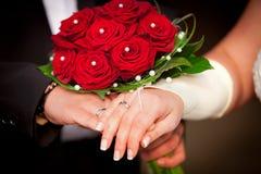Rote Hochzeitsrosen mit Perlen Stockfoto