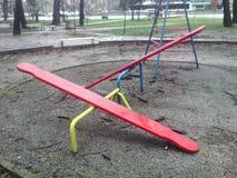 Rote Holzbanken in einem Winterpark Lizenzfreie Stockfotos