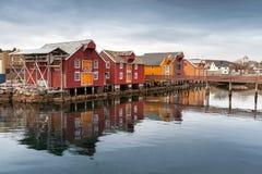 Rote Holzhäuser im norwegischen Dorf Stockbild