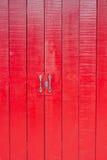 Rote Holztür an der alten Stadt Stockfotografie