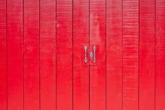 Rote Holztür an der alten Stadt Lizenzfreies Stockfoto