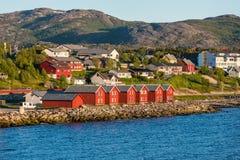 Rote Häuser auf der Bucht von Alta, Norwegen Stockfotografie