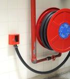 Rote Hydrantspule auf einer Wand Stockbild