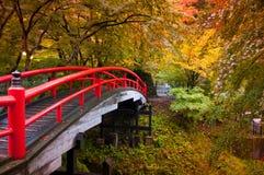 Rote japanische Brücke in Ikaho Onsen, Gunma, Japan Stockbild