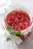 Rote Johannisbeerbeeren blockieren in einem Glas Stockfotos