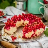Rote Johannisbeereumgedrehter Bundt-Kuchen stockfotos