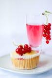 Rote Johannisbeermuffin Stockfoto