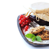 Rote Johannisbeerstau- und -Schokoladensplitterplätzchen Lizenzfreie Stockfotografie