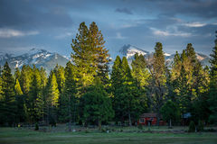 Rote Kabine und Brokeoff-Berg, Nord-Kalifornien stockbilder