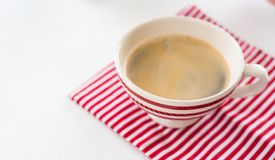 Rote Kaffeetasse über Küchenrot streift Tuch ab Ansicht von oben Auf weißem Hintergrund stockfotos