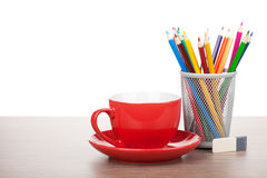 Rote Kaffeetasse und bunte Bleistifte Stockfotografie